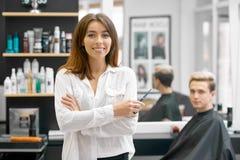 Het vrouwelijke kapper stellen voor jonge mannelijke cliënt royalty-vrije stock foto's