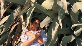 Het vrouwelijke krijgen kwetste haar vinger op agaveblad stock videobeelden