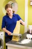 Het vrouwelijke maken Fettuccine Stock Afbeeldingen