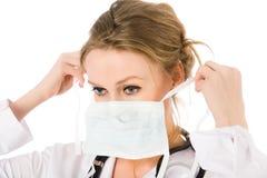Het vrouwelijke masker van de artsenkleding stock fotografie