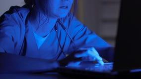 Het vrouwelijke medische arbeider typen op laptop bij nacht, klinische onderzoek, wetenschap stock videobeelden