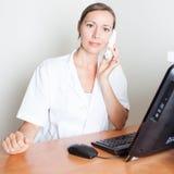 Het vrouwelijke medische de receptionnist van Nice glimlachen Stock Afbeeldingen