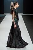 Het vrouwelijke model bij de modeshow Valentin Yudashkin in de Manierweek van Moskou, de daling-Winter 2016/2017 Royalty-vrije Stock Foto