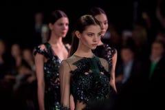 Het vrouwelijke model bij de modeshow Valentin Yudashkin in de Manierweek van Moskou, de daling-Winter 2016/2017 Stock Afbeeldingen