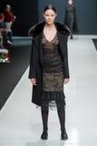 Het vrouwelijke model bij de modeshow Valentin Yudashkin in de Manierweek van Moskou, de daling-Winter 2016/2017 Royalty-vrije Stock Foto's