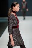 Het vrouwelijke model bij de modeshow Valentin Yudashkin in de Manierweek van Moskou, de daling-Winter 2016/2017 Stock Foto's