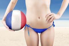 Het vrouwelijke model houdt bal bij kust royalty-vrije stock fotografie
