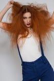 Het vrouwelijke model spelen met kroeshaar royalty-vrije stock foto's