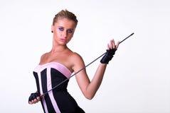 Het vrouwelijke model stellen in zwarte en roze kleding stock fotografie