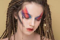 Het vrouwelijke Model van de close-upmanier met kleurrijk abstract make-up en dreadlocks kapsel Royalty-vrije Stock Foto's