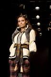 Het vrouwelijke model van Glam bij een modeshow (Russische Fashio