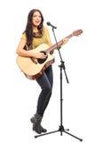 Het vrouwelijke onderschrijvingsslip spelen op akoestische gitaar Stock Fotografie
