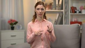 Het vrouwelijke ondertekenen kan ik niet in gebarentaal, mededeling voor gehandicapten spreken stock videobeelden