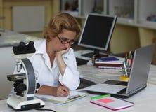 Het vrouwelijke onderzoeker werken Stock Afbeelding