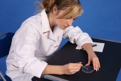 Het vrouwelijke onderzoeker werken. Zijaanzicht. Royalty-vrije Stock Afbeelding