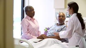 Het vrouwelijke Paar van Artsentalking to senior in het Ziekenhuiszaal stock videobeelden