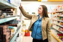 Het het vrouwelijke pakket of punt van de klantenholding in supermarkt Royalty-vrije Stock Afbeelding