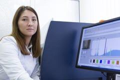 Het vrouwelijke Scherm van Wetenschapperlooking on computer in Laboratorium stock foto's