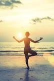 Het vrouwelijke silhouet in yogameditatie stelt Royalty-vrije Stock Afbeelding