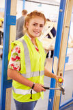 Het vrouwelijke Slot van de de Montagedeur van Studentenin carpentry class Royalty-vrije Stock Foto's