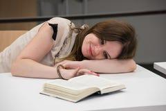 Het vrouwelijke student liggen royalty-vrije stock fotografie
