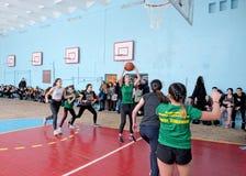 Het vrouwelijke team van het middelbare schoolbasketbal van het speelspel van Oost-Europa stock foto