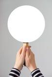 Het vrouwelijke teken van de het modelbanner van de handholding lege als exemplaarruimte Royalty-vrije Stock Fotografie