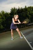 Het vrouwelijke tennisspeler dienen Stock Afbeelding