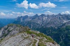 Het vrouwelijke trailrunning in de bergen van Allgau dichtbij Oberstdorf, Duitsland Royalty-vrije Stock Foto's