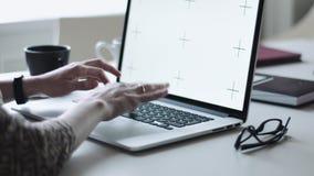 Het vrouwelijke typen op laptop op het werk stock footage