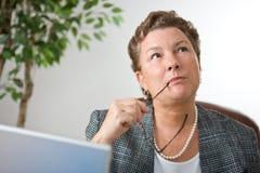 Het vrouwelijke Uitvoerende Denken Stock Fotografie
