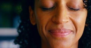 Het vrouwelijke uitvoerende glimlachen in cafetaria 4k stock video