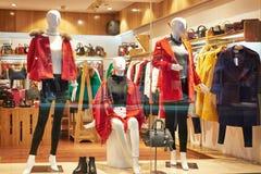 Het vrouwelijke venster van de manierwinkel Royalty-vrije Stock Foto
