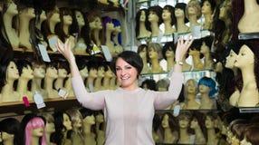 Het vrouwelijke verkopen bij de verschillende uitbreidingen van het kleurenhaar stock afbeelding