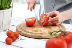 Het vrouwelijke verschillende soort toont tomaten Stock Afbeeldingen