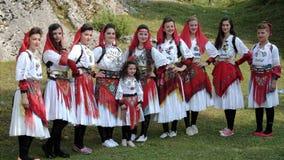 Het vrouwelijke Volksgroep Stellen met Kleurrijke Traditionele Kostuums van A royalty-vrije stock fotografie