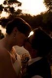 Het vrouwelijke Vrolijke Paar Kussen Royalty-vrije Stock Foto