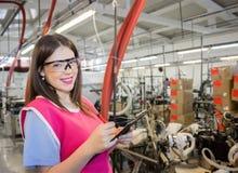 Het vrouwelijke werkgever inspecteren Stock Afbeelding