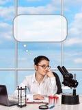 Het vrouwelijke wetenschapper denken royalty-vrije stock afbeeldingen