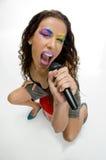 Het vrouwelijke zanger zingen in microfoon Stock Fotografie