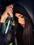 Het vrouwenalcoholisme is sociaal probleem Vrouwelijke het drinken oorzaken slechte gezondheid stock foto's
