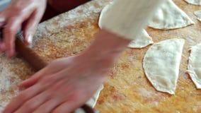 Het vrouwenbaksel thuis, voegt Peper aan Pasteivulling toe stock video