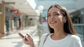 Het vrouwenbrunette met telefoon die, sluit omhoog glimlachen Jonge bedrijfsvrouwen professionele gelukkig Mooi multi-etnisch bru Royalty-vrije Stock Foto