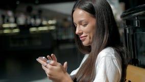 Het vrouwenbrunette met telefoon die, sluit omhoog glimlachen Jonge bedrijfsvrouwen professionele gelukkig Mooi multi-etnisch bru Stock Fotografie