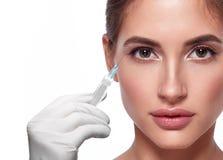 Het vrouwengezicht en dient handschoen met spuit in makend injectie stock afbeeldingen