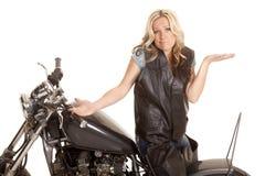 Het vrouwenleer zit motorfiets achteruit ophaalt royalty-vrije stock afbeelding
