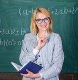Het vrouwenonderwijs dichtbij bord De principes kunnen het onderwijs efficiënt en efficiënt maken Het efficiënte onderwijs implic royalty-vrije stock afbeeldingen