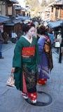Het vrouwentoerisme draagt een traditionele kleding genoemd Kimono Stock Fotografie