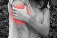 Het vrouwenwapen, de schouder of de gezamenlijke pijn in zwart-witte tuin, bedriegen Stock Foto