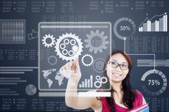 Het vrouwenwerk met toestel op een futuristische interface Stock Foto's
